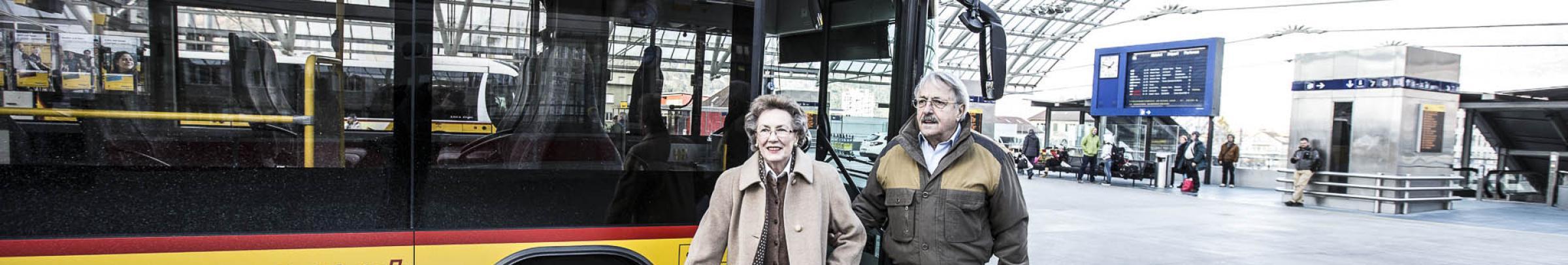 Für ältere Menschen, die nicht selber fahren können, stehen Fahrdienste zur Verfügung.