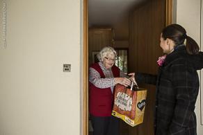 Ältere Menschen können ihre Erfahrungen in der Freiwilligenarbeit weitergeben.