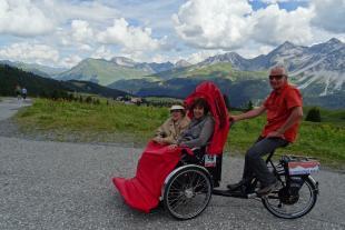-Ruth und ihre Tochter geniessen die Aussicht von Arosa Richtung Medergen